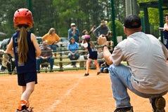 Corredor en el tercero/el beísbol con pelota blanda de las muchachas Fotos de archivo