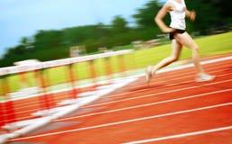 Corredor en una carrera de vallas Fotografía de archivo