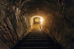 Corredor escuro do depósito militar soviético subterrâneo abandonado velho A escadaria vai para baixo imagens de stock royalty free