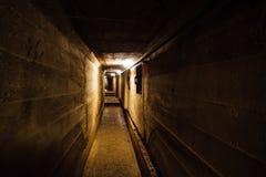 Corredor escuro do depósito militar soviético subterrâneo velho sob a fortificação da artilharia imagens de stock