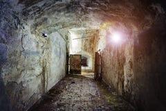 Corredor escuro e assustador do depósito subterrâneo esquecido abandonado velho do soviete imagem de stock royalty free
