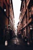 Corredor estreito em França, Vieux Lyon com o céu brilhante branco claro fotos de stock