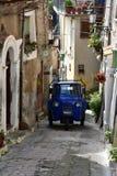 Corredor estreito na cidade velha de Morano Calabro foto de stock