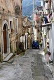 Corredor estreito na cidade velha de Morano Calabro fotos de stock