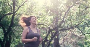 Corredor excesso de peso da mulher Conceito da perda de peso video estoque