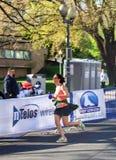 "Corredor fêmea - †azul ""Roanoke de Ridge Marathon, Virgínia, EUA Imagens de Stock Royalty Free"
