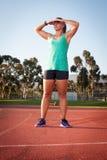 Corredor fêmea em uma trilha do atletismo fotos de stock