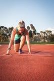 Corredor fêmea em uma trilha do atletismo Imagens de Stock Royalty Free