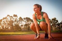 Corredor fêmea em uma trilha do atletismo Imagem de Stock