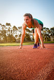 Corredor fêmea em uma trilha do atletismo foto de stock