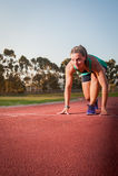 Corredor fêmea em uma trilha do atletismo foto de stock royalty free