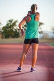Corredor fêmea em uma trilha do atletismo fotos de stock royalty free
