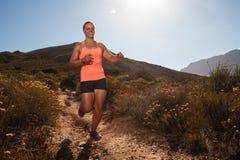 Corredor fêmea louro da fuga que corre com uma paisagem da montanha Imagem de Stock Royalty Free
