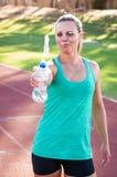 Corredor fêmea que esguincha a água Imagem de Stock Royalty Free