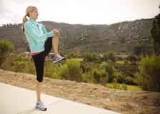 Corredor fêmea que estica antes do exercício Fotografia de Stock
