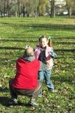 Corredor feliz da criança bonita pequena a genar foto de stock royalty free