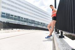 Corredor femenino confiado que descansa después de entrenar Imagen de archivo libre de regalías