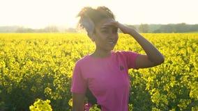 Corredor femenino de la mujer joven del adolescente afroamericano de la muchacha de la raza mixta que descansa y que activa en el almacen de metraje de vídeo