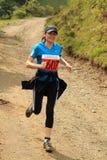 Corredor femenino del maratón en las montañas Imagenes de archivo