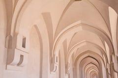 Corredor grande dentro do palácio da sultão em Oman Imagens de Stock Royalty Free