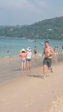 Corredor - homem novo que movimenta-se na praia foto de stock royalty free