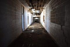 Corredor interior de uma escola abandonada velha imagens de stock royalty free