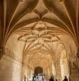 Corredor interior no monastério de Jeronimos ou no monastério de Hieronymites (dos Jeronimos) Lisboa de Mosteiro, Portugal fotos de stock royalty free