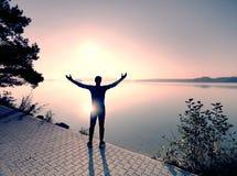 Corredor interurbano masculino no treinamento da resist?ncia no lago da montanha fotos de stock royalty free