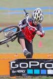 Corredor joven de la bicicleta después de un acontecimiento de Cycloross Fotografía de archivo libre de regalías