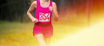 Corredor joven de la mujer de la aptitud que corre en el camino muchacha que prepara el herse fotos de archivo