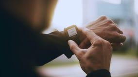 corredor 4K que comienza el contador de tiempo y el funcionamiento del smartwatch Sirva la determinación de un contador de tiempo almacen de video