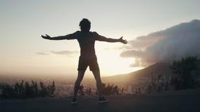 Corredor masculino libre en la salida del sol almacen de metraje de vídeo