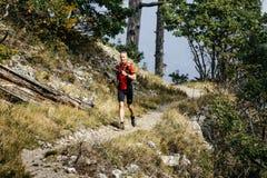 Corredor masculino novo que corre com bengalas Fotografia de Stock Royalty Free
