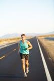 Corredor masculino que activa y que corre en el camino en naturaleza Fotografía de archivo libre de regalías