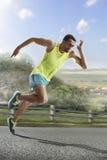 Corredor masculino que sprinting durante o treinamento do ar livre para o funcionamento da maratona foto de stock