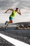 Corredor masculino sprinting durante el entrenamiento del aire libre para la corrida del maratón Foto de archivo libre de regalías