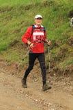 Corredor mayor del maratón en las montañas Fotos de archivo
