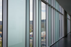 Corredor moderno do estilo em um prédio de escritórios fotografia de stock