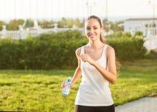Corredor - mujer que corre al aire libre el entrenamiento Imagen de archivo