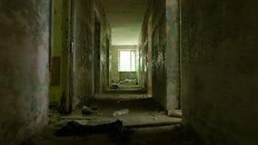 Corredor na casa abandonada Tiro constante liso e rápido da came vídeos de arquivo