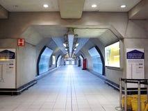 Corredor na central de Heathrow da estação de metro de Londres em 2011 O nome da estação é mudado ao terminal de Heathrow foto de stock royalty free