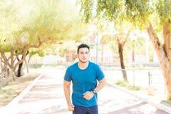 Corredor na maratona praticando do equipamento desportivo no parque imagem de stock royalty free