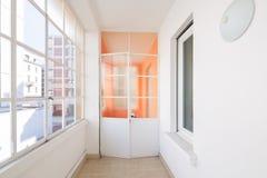 Corredor no apartamento com grandes janelas e lotes da luz fotografia de stock