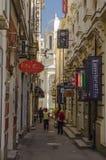 Corredor no centro histórico velho de Bucareste imagem de stock