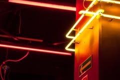 Corredor no porão com as luzes de néon que mostram a maneira imagens de stock