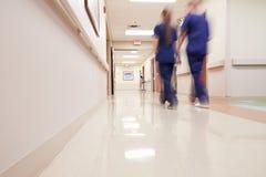 Corredor ocupado do hospital com pessoal médico fotografia de stock