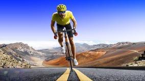 Corredor profesional de la bicicleta del camino en la acción fotografía de archivo