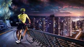 Corredor profesional de la bicicleta del camino en la acción fotos de archivo libres de regalías