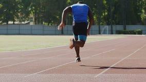 Corredor que consigue en la línea del comienzo, el comenzar corrido sobre el comando, entrenando para el maratón almacen de video