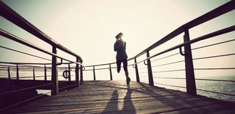 corredor que corre en paseo marítimo de la playa durante salida del sol Imágenes de archivo libres de regalías